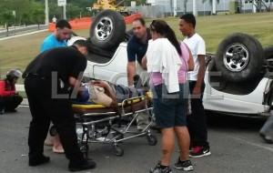 Momento en que se llevan el primero de los heridos en el accidente (Foto LA CALLE Digital).