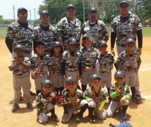 """Miembros de la Selección Infantil de Béisbol de Mayagüez con su dirigente y """"coaches"""" (Suministrada)."""
