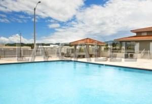 Vista de la piscina comunal de la urbanización Quintas del Rey en San Germán (Archivo)