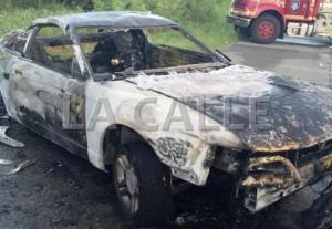 Uno de los vehículos involucrados en el accidente fatal ocurrido en Sabana Grande, Su ocupante murió calcinado (Suministrada Policía).