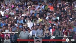 """Captura de pantalla en el momento en que fue captado Hernández Mayoral entre el público que esperaban por el paso de la comitiva del Papa Francisco. Haga """"click"""" sobre la imagen para ampliarla (Captura de pantalla LA CALLE Digital)."""