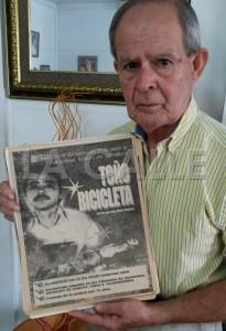 Nuestro director, Julio Víctor Ramírez, padre, muestra la promoción de su serie de 34 reportajes sobre la historia de Toño Bicicleta, publicada en el antiguo diario El Vocero para principios de 1996 (Foto LA CALLE Digital).