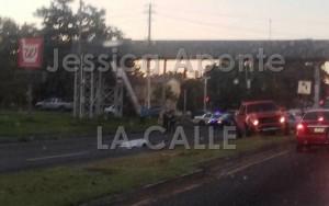 """Escena del accidente tomada desde un vehículo que transitaba por el lugar. Nótese la corta distancia entre el lugar del impacto y el puente peatonal. Haga """"click"""" sobre la foto para ampliarla (Foto Facebook - Jéssica Aponte)."""