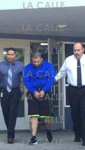 Laster Ramos sale escoltado por los agentes Julio Rosario y José Acevedo Olivencia, cuando era llevado al Tribunal (Suministrada Policía).