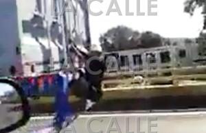 """Sujeto """"cogiendo pon"""" agarrado del vagón de un camión en el puente del Viaducto de Mayagüez (Captura de pantalla)."""
