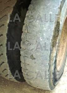 Muestra de cómo están los neumáticos de los camiones de recogido de basura del Municipio de Cabo Rojo (Suministrada).