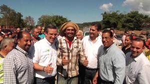 El gobernador Alejandro García Padilla junto a legisladores el día que se anuncio el proyecto de caña en Aguada (Archivo YouTube).
