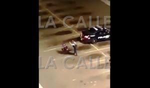 Captura de pantalla del momento en que un agente de la Policía hace caer de su silla de ruedas a un discapacitado (Fuente YouTube).