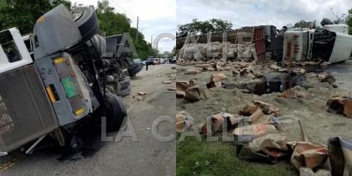 Escena del accidente en el que un camión cargado de cemento se volcó entre Sabana Grande y San Germán (Suministradas Policía).