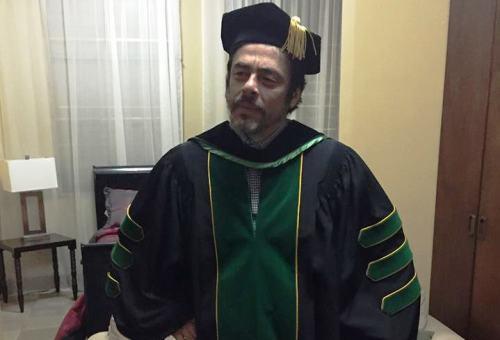 El actor boricua Benicio Del Toro se mide la toda que usará durante la graduación del Colegio (Foto RUM).