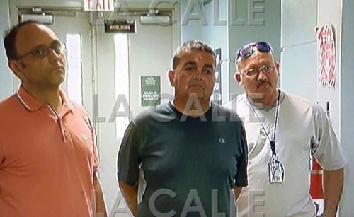 Héctor Luis Rivera Carrero, acompañado por agentes, tras entregarse por el asesinato de su esposa en Cabo Rojo (Foto Policía de Puerto Rico).