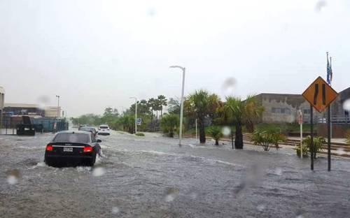 """La calle Comercio, frente a la Plaza de las Banderas del Parque de El Litoral, Israel """"Shorty"""" Castro, se volvió a inundar (Foto Facebook)."""