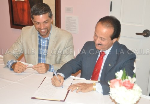 El secretario de Recreación y Deportes, Ramón Orta, y el alcalde José Guillermo Rodríguez firman el documento que crea un fideicomiso que operará el Zoológico (Suministrada).