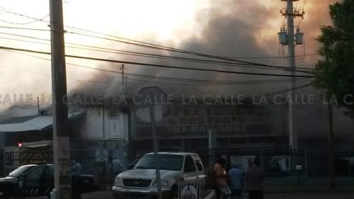 Momento en que se desarrolla el incendio en López Truck & Bus Parts de Hormigueros (Foto LA CALLE Digital).