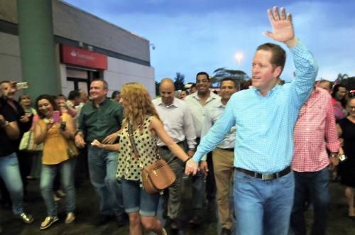 El doctor David Bernier, junto a su esposa Alexandra Fuentes; y parte del liderato regional del PPD, a su llegada al Mayagüez Mall (Foto PPD).