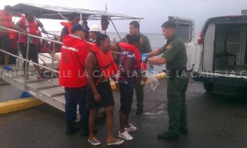 Agentes de la Patrulla de Fronteras se hacen cargo de los indocumentados, a su llegada al Puerto de Mayagüez (Suministrada CBP).