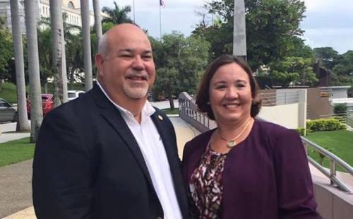 """La representante electa Maricarmen Más, junto al presidente entrante de la Cámara de Representantes, Carlos """"Johnny"""" Méndez (Foto Facebook)."""