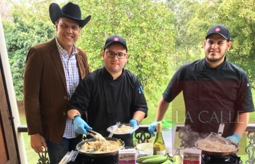 """A la izquierda, Martín Candelaria, productor del evento; acompañado por los """"chefs"""" Michael Caro y Sergio (Suministrada)."""
