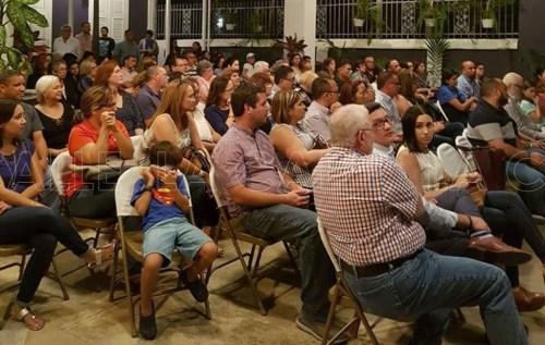Parte de la concurrencia a la asamblea de padres de estudiantes y exalumnos del Colegio San José de San Germán, que tuvo lugar el viernes en la noche (Foto Jorge Seijo).