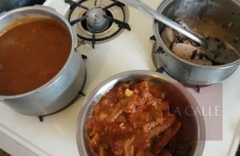 """Una olla de habichuelas guisadas, otra olla de lomo de cerdo y otra de lengua formaban parte del menú en la fonda de """"Tammy"""" en Trastalleres (Foto/LA CALLE Digital)."""