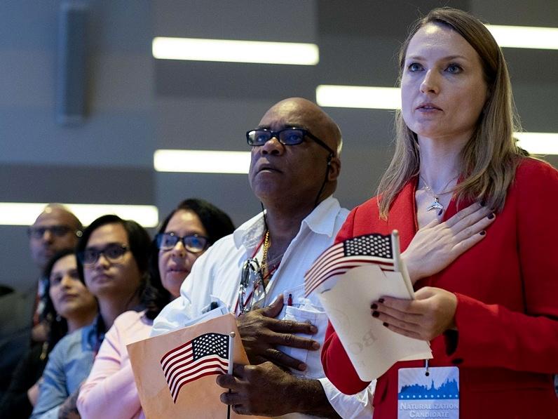 Carrera contrarreloj para trámites de ciudadanía antes de alza de tarifas