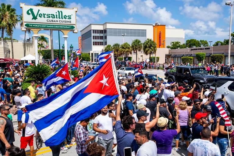 Miles cubanos salen a las calles de Miami en apoyo a las protestas en la isla