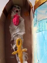 La momia de Nur está en su sarcófago, con sus amuletos, preparada para el gran viaje.
