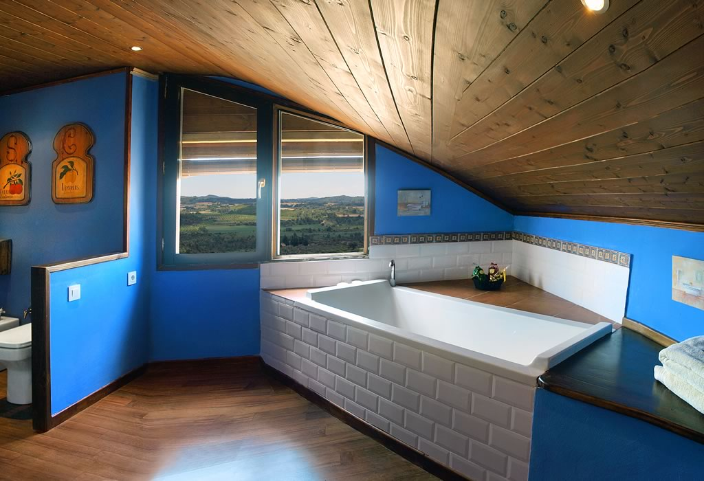 Suite con bañera angular de 'La casona de la Reina Berta'