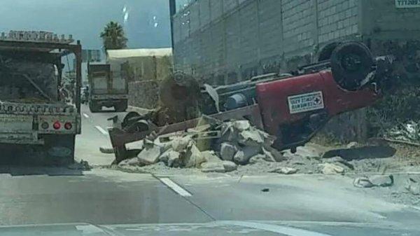 Una camioneta de Cementos Cruz Azul se volcó en el Paso Express de Cuernavaca
