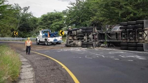 Una pipa se volcó esta mañana en la autopista Puente de Ixtla - Iguala