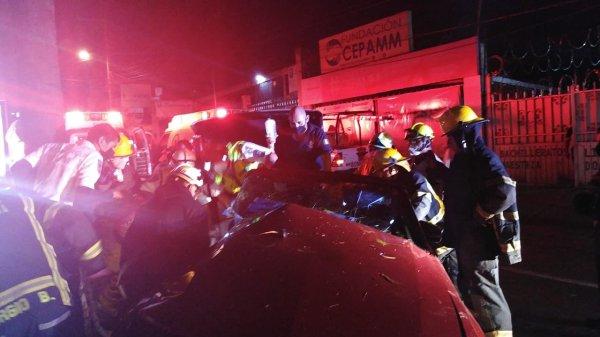 Protección Civil de Cuernavaca y Cuerpo de Bomberos rescataron a conductor prensado en su automóvil