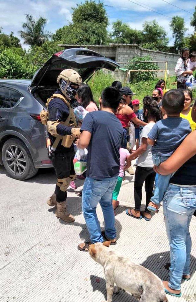 """¡A plena luz del día! La gente de """"El Señorón"""" entregó juguetes, comida y útiles escolares a mas de 150 personas de la zona sur de Morelos"""