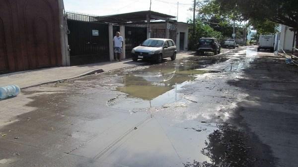 Olores fétidos y aguas negras desbordadas en calle de acceso a cárcel distrital ubicada en Jojutla