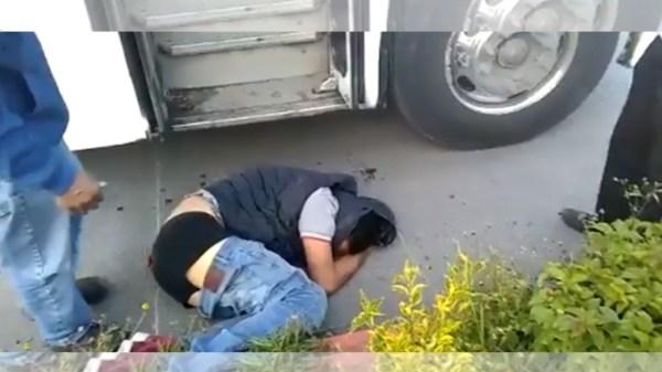 Chofer y pasajeros de una unidad de transporte público de Cuernavaca frustran asalto y someten al delincuente