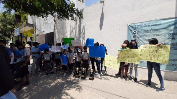 """Alumnos y conocidos de """"El Toro"""", detenido por extorsión agravada en Zacatepec, exigen su liberación porque aseguran que es inocente"""