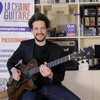 Interview Yuval Amihai guitare à la main - I Ain't Got Nothing But The Blues