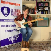 Interview Swan Vaude Telecaster à la main au showroom