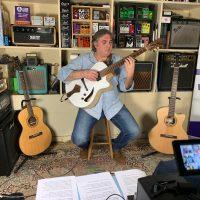 Joël Gombert présente en interview ses guitares du luthier Stéfan Barrillon
