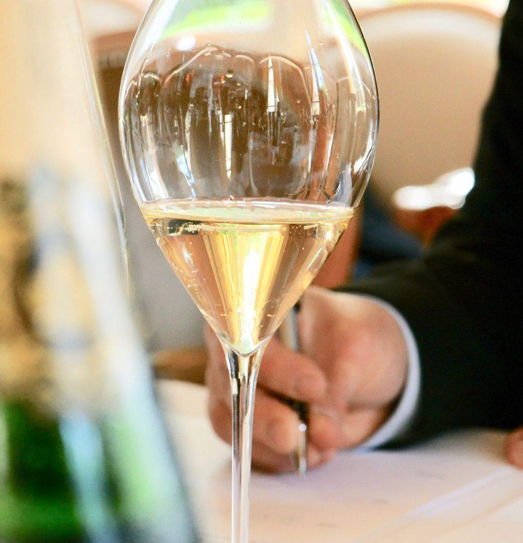 Une liste des vins les plus chers du monde où le champagne apparaît à la 25 ème place.