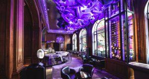 Dom Perignon et le Plazza Athénée, une nouvelle vision de la cave à vins exposés dans un écrin de verre.