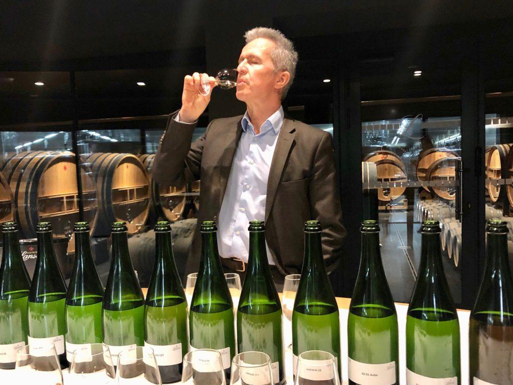 Dégustation de vins clairs dans la sérénité par Hervé Dantan, chef de caves du champagne Lanson.