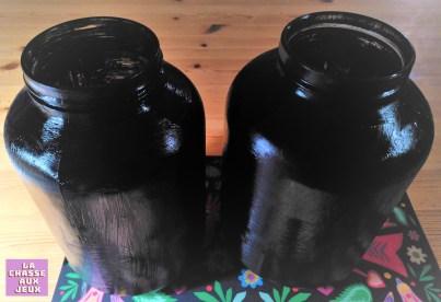 pot peint avec de la peinture acrylique noire