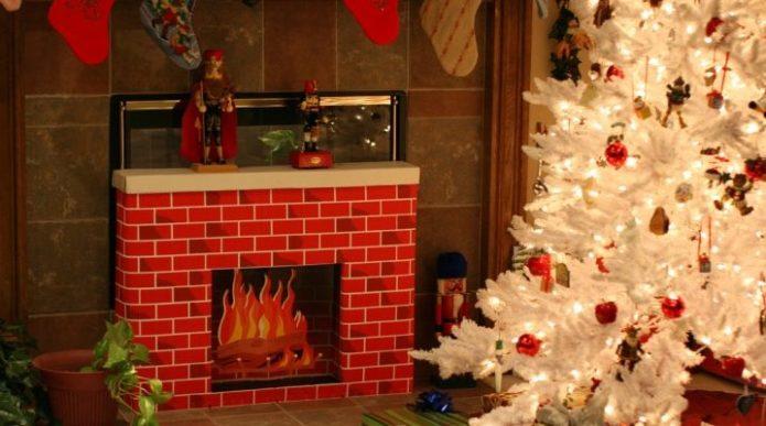 크리스마스 트리 및 벽난로입니다
