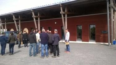 groupe devant hangar