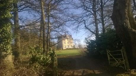 le château des Fays, situé entre Port-Brillet et le Genest-St-isle. Il y a une ferme laitière juste derrière.