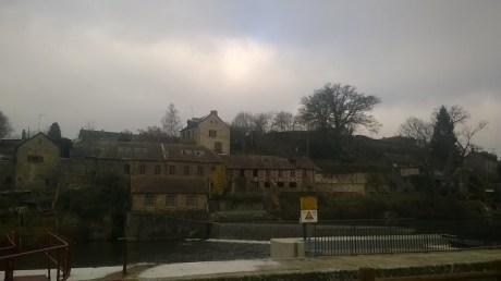 en face la guinguette (Montflours), voici le reliquat de l'industrie de tissage d'amiante. L'usine se situe à Rochefort, sur la commune d'Andouillé.