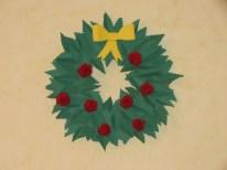 Une couronne de Noël en papier (tuto sur www.faisletoimeme.net/une-couronne-de-noel-en-papier)