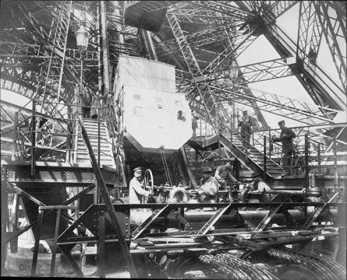 Los ascensores de la Torre Eiffel diseñados por la propia compañía. Uno de los inventos necesarios para producir la construcción.