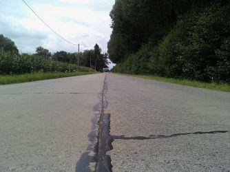 La route de dalles bétonnées passant devant le relais...