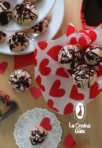 Merengues de San Valentín cubiertos de chocolate